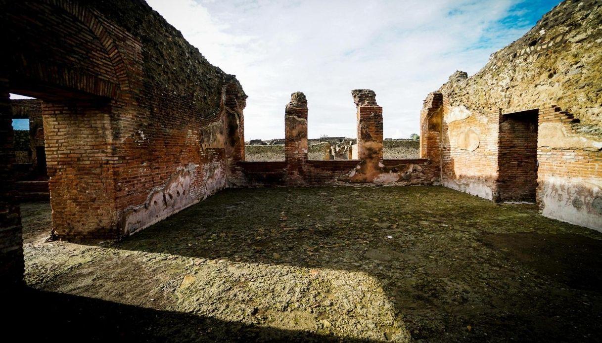 Pompei, sale su tetto delle terme per una foto: caccia al turista