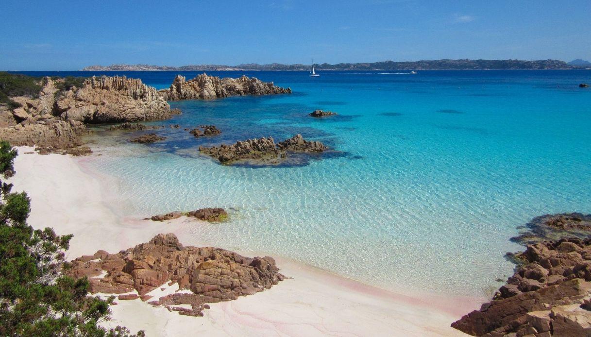 Sardegna, restituisce sabbia della Spiaggia Rosa dopo 50 anni
