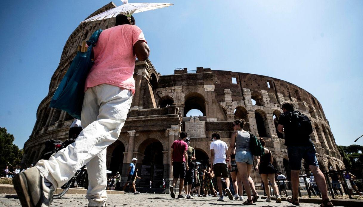 Roma, usa drone e lo fa cadere nel Colosseo: turista denunciato