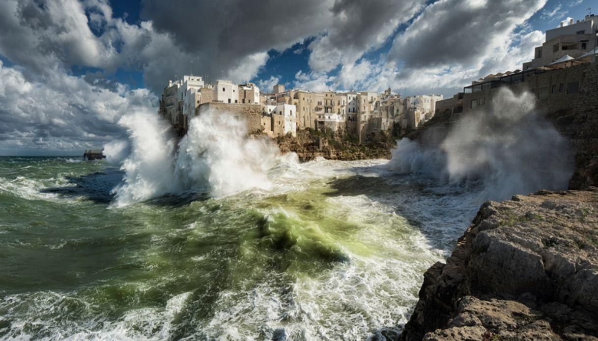 Polignano fa il giro del mondo grazie al suo mare in tempesta