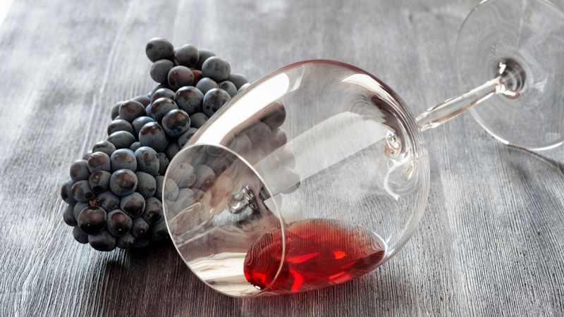Calice di vino rosso e grappolo d'uva