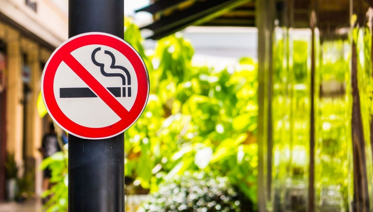 Milano, scatta il divieto di fumo all'aperto: le regole in Italia
