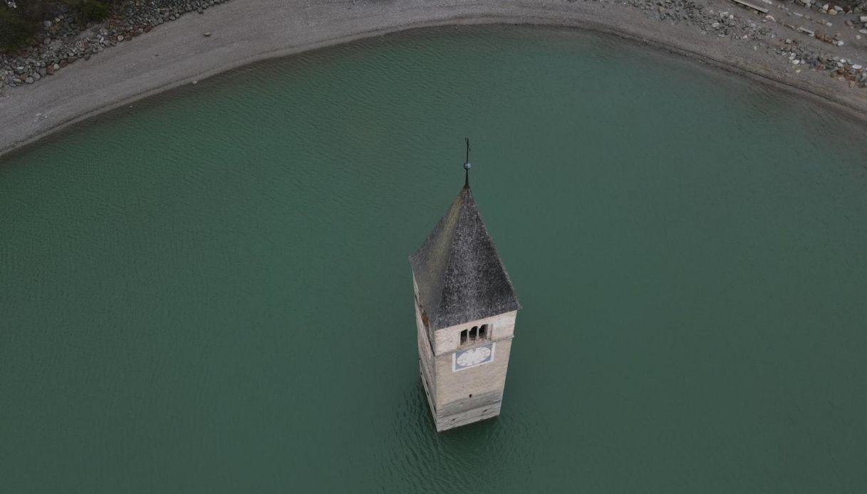Dal Lago di Resia riaffiora Curon, il leggendario borgo sommerso