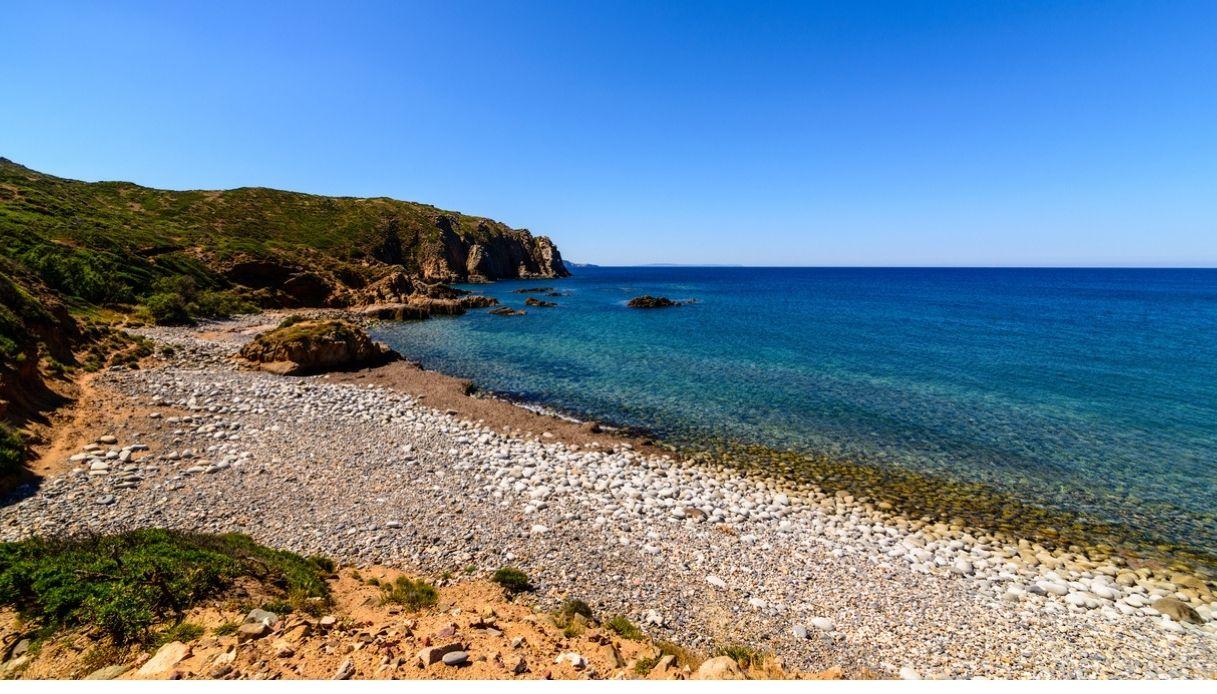 turista ruba sassi in Sardegna Capo Pecora