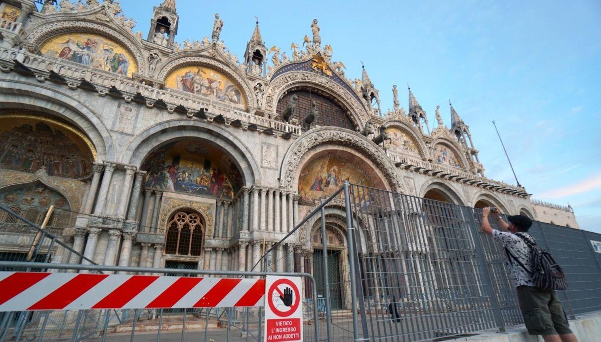 Venezia, una barriera di vetro per proteggere San Marco dall'acqua