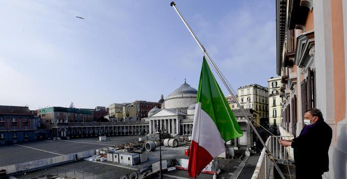 Tricolore d'Italia a mezz'asta Sindaco ammaina bandiera Ue