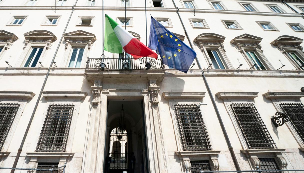 Coronavirus, bandiere a mezz'asta in tutta Italia. La diretta