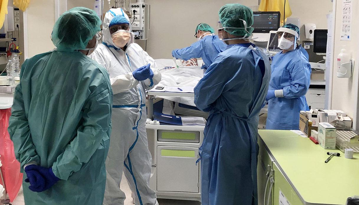 Coronavirus, riapertura a scaglioni: il piano del virologo