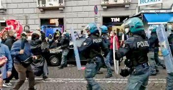 Napoli, nuovi scontri: bombe carta e bottiglie contro agenti