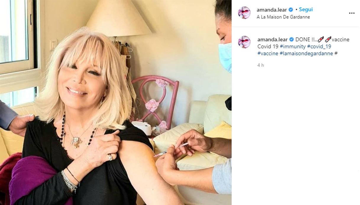 Covid, Amanda Lear si è vaccinata: l'annuncio su Instagram