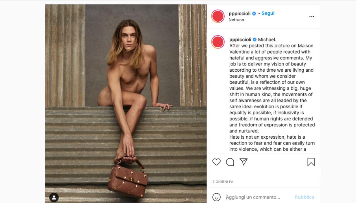 Nudo con una borsa di Valentino: l'omofobia esplode sui social