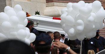 L'ultimo saluto a David e Daniel Palloncini e fiori ai funerali