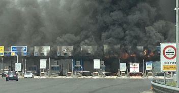 Roma, incendiato tir da 35 quintali: in fiamme 3 caselli dell'A1