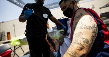 Covid, retromarcia degli Usa: mascherina anche per vaccinati