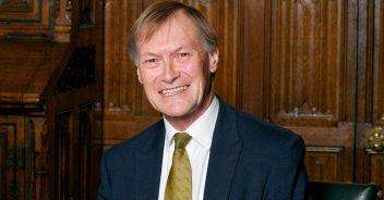 Il deputato David Amess assassinato in chiesa: è terrorismo