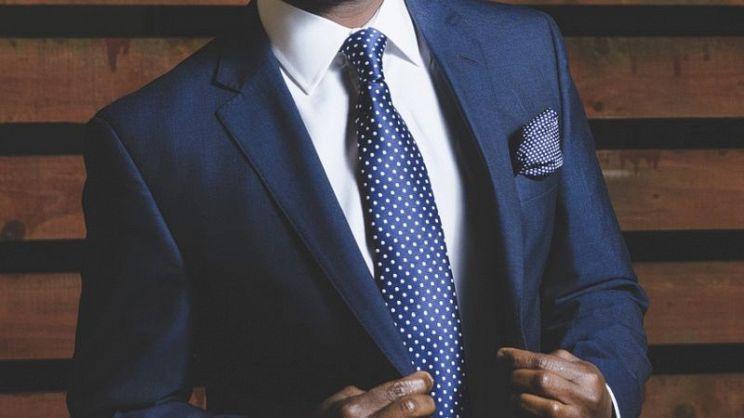 8ba86fa9dff89e La camicia da uomo su misura offre vestibilità e libertà di  personalizzazione senza pari. Ma quanto costa e come sceglierla?