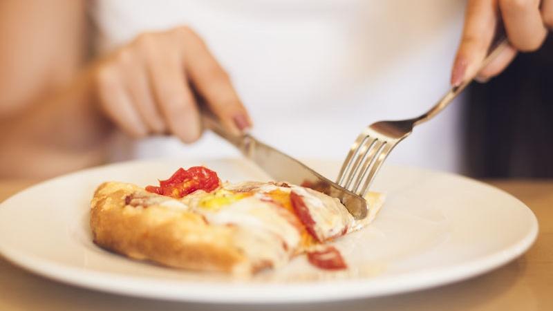 come si mangia la pizza