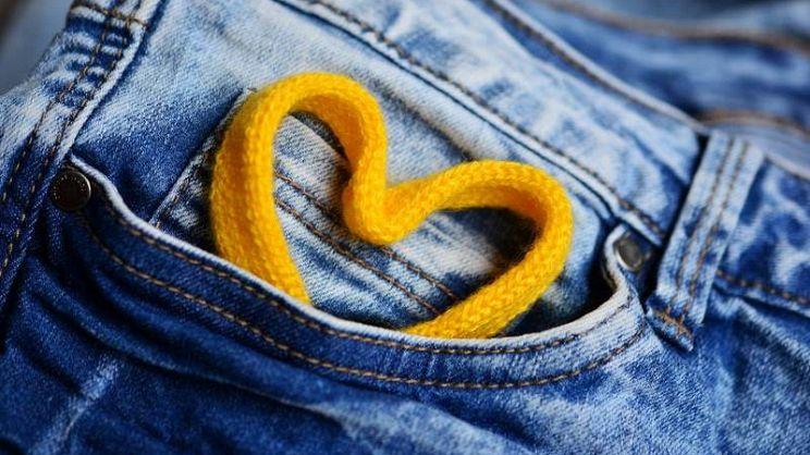 de8dce3feb59 La salopette di jeans è un capo intramontabile che torna sempre di moda.  Ecco come abbinarla anche durante le mezze stagioni