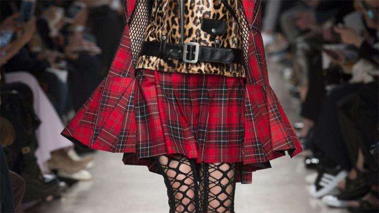 eac5cd437edf La gonna scozzese torna di moda e si presta a look davvero unici e  originali. Scopri come abbinarla per essere super trendy in questo autunno/inverno  2018- ...