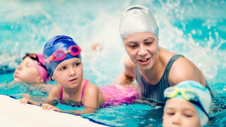 10a555a15c1d Imparare a nuotare è bello e anche utile, lo si può fare da bambini, ma  anche da adulti, in piscina o al mare, basta prendere confidenza con  l'acqua: ecco ...