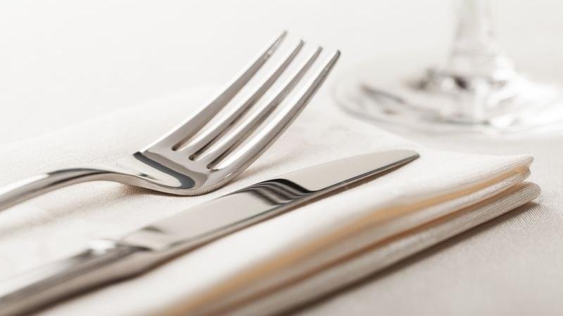 come ci si comporta a tavola secondo il galateo?