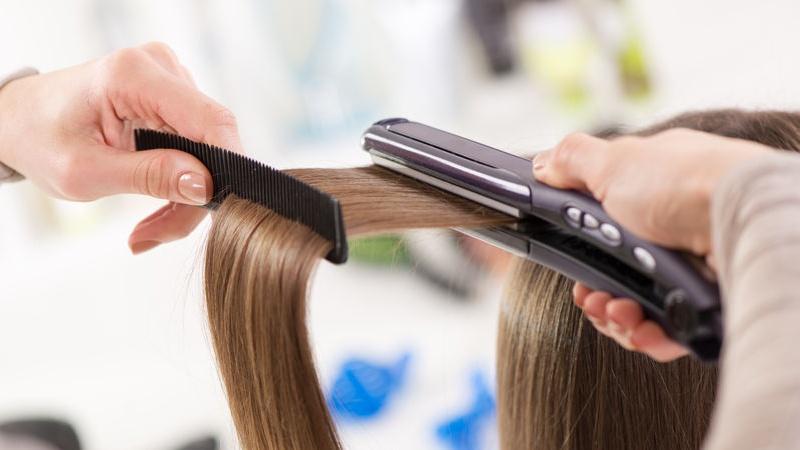Come piastrare i capelli ricci
