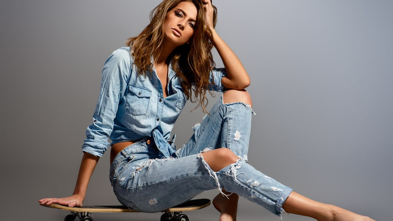 indossare jeans strappati
