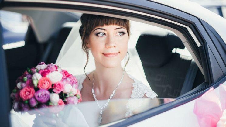 3b35ee020454 L arrivo della sposa è uno dei momenti più importanti del matrimonio e per  questo motivo scegliere l auto da cui scendere per incedere verso l altare  non è ...