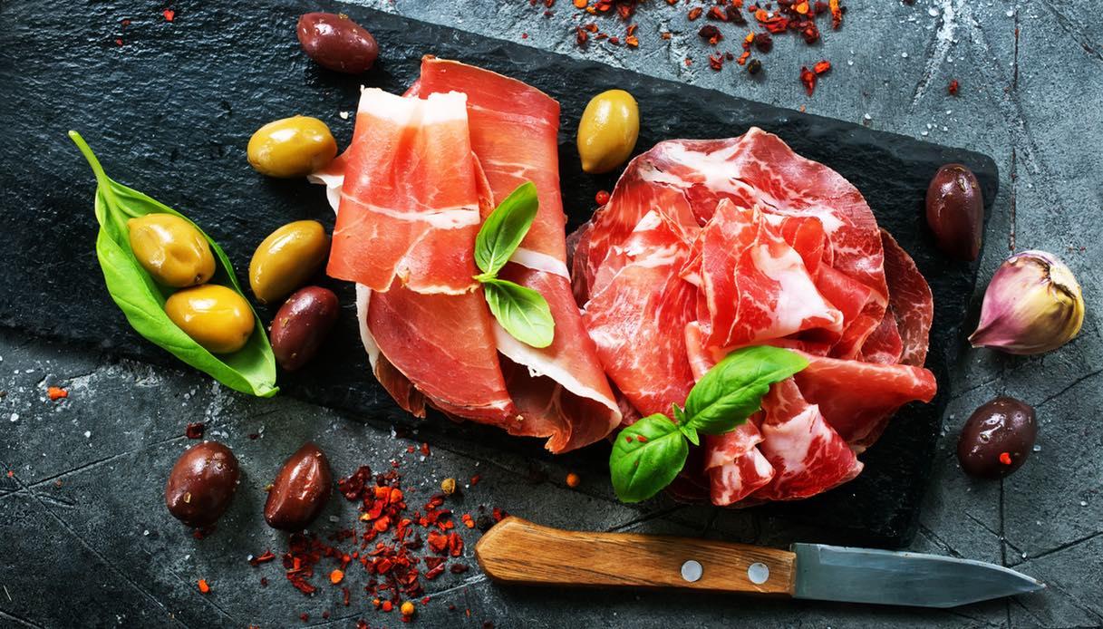 Bologna, mangiare in salumeria