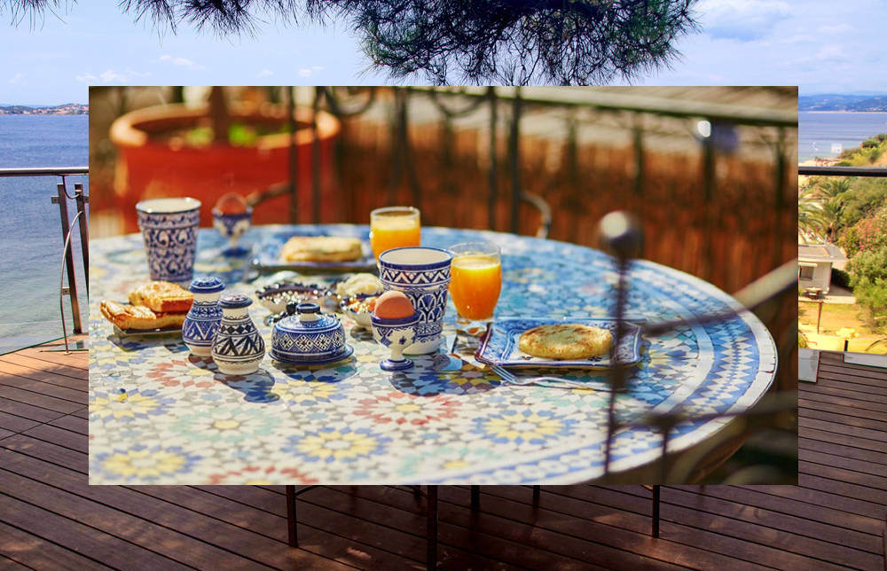 Tavoli in ferro battuto con piano in ceramica o mosaico