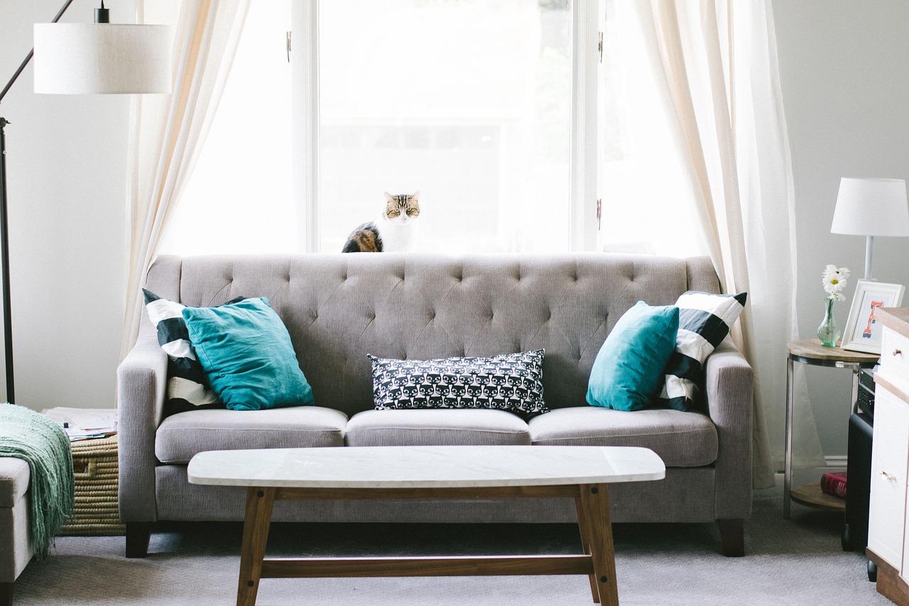 Divano Rosso E Grigio come scegliere i cuscini del divano con stile? idee da copiare