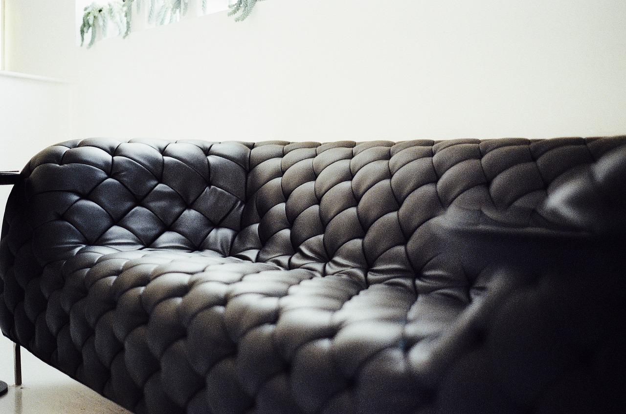 Dà il cellulare alla figlia di due anni per giocare, lei compra un divano online.
