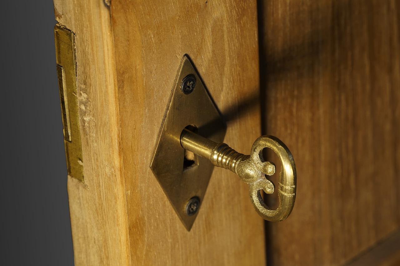 Come Sistemare Una Porta In Legno come installare una serratura esterna per porte in legno