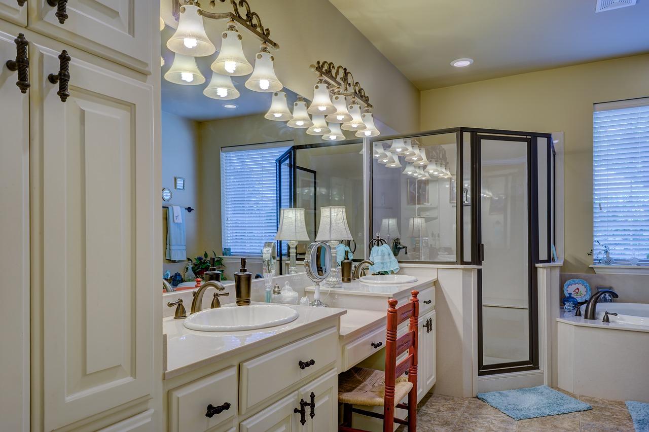 Applique Specchio Bagno Moderno illuminazione bagno: plafoniere, applique o faretti?