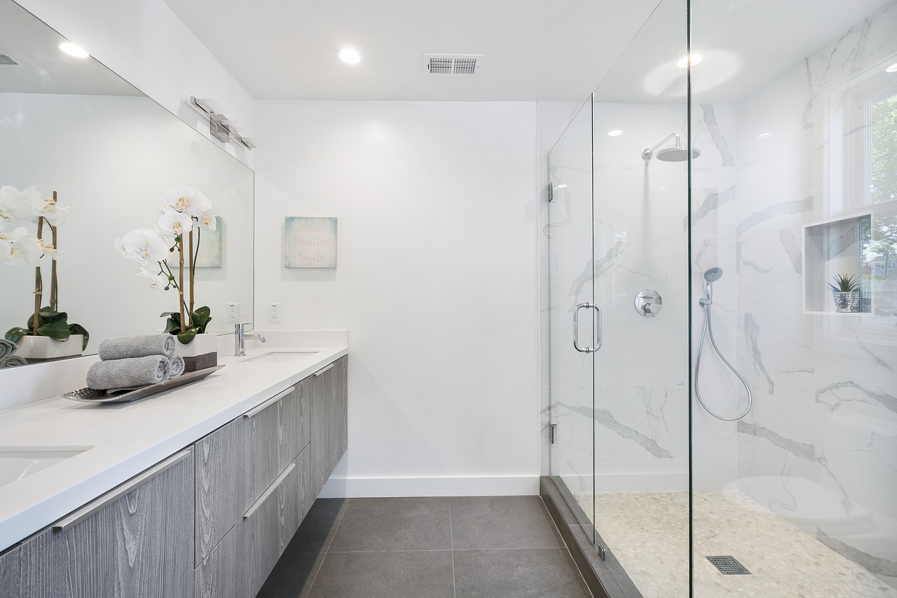 Specchi da bagno moderni: tante idee per una specchiera di ...