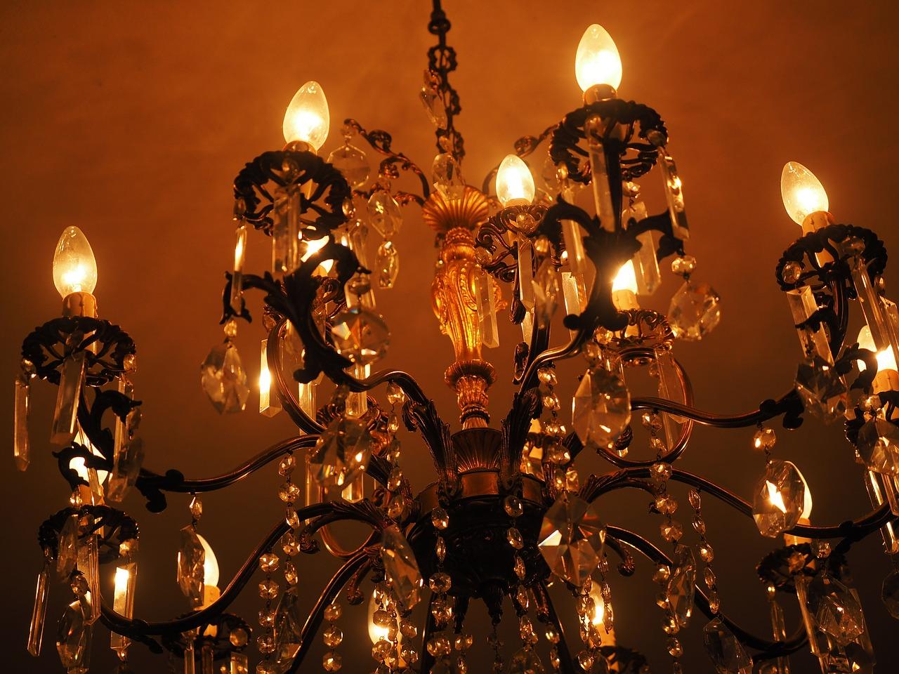 Lampadari e applique in ferro battuto: idee per unilluminazione di