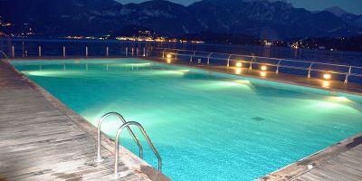 Illuminazione piscina: come posizionare luci e faretti nel modo giusto