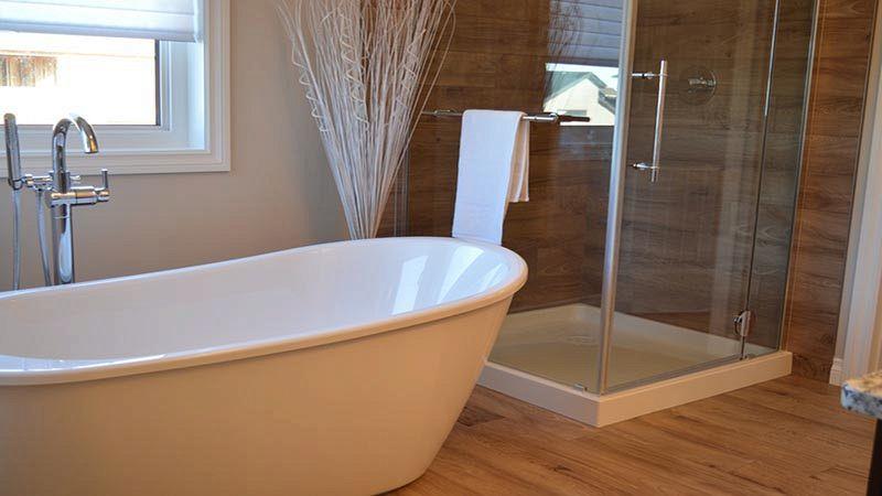 Bagno Moderno Con Pavimento Effetto Legno.Bagno Senza Piastrelle Idee Per Rivestimenti Alternativi