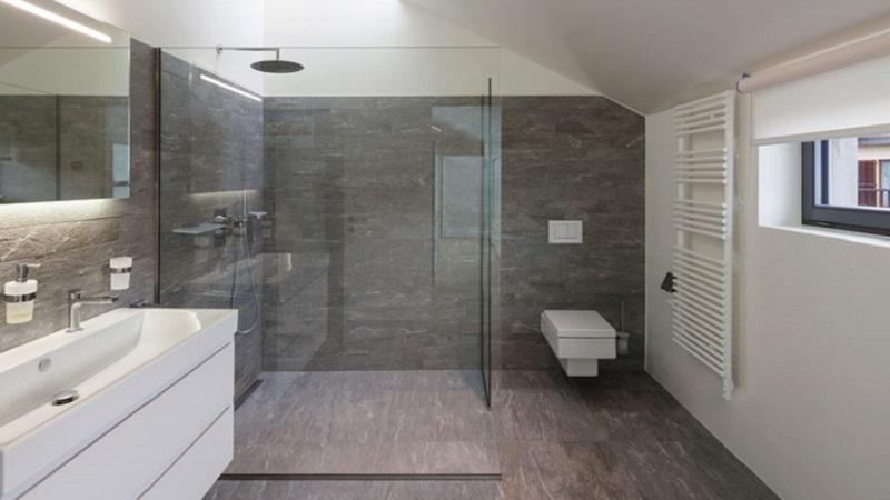 Carta da parati: 6 idee per rivestire la doccia