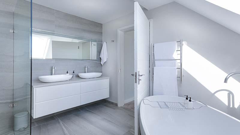 Design Bagno Due : Dividere un bagno lungo e stretto per ricavarne due