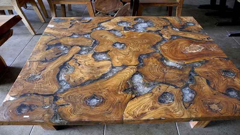 Tavolo in legno e resina: natura e design si incontrano