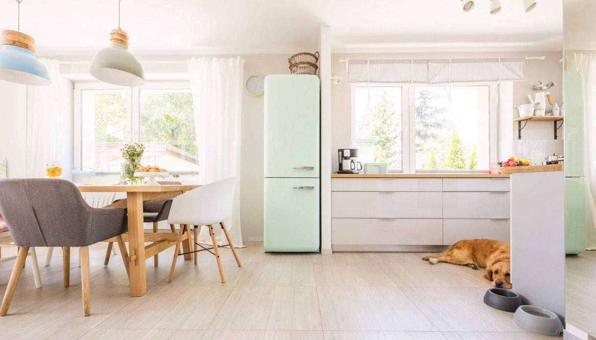 Idee Ristrutturazione Cucina Soggiorno frigorifero in salotto: dove metterlo se la cucina è piccola