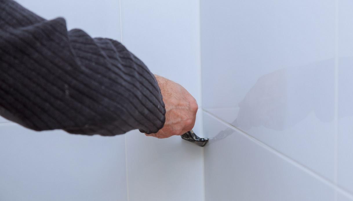 Togliere Le Piastrelle Dal Pavimento come togliere il silicone dalle piastrelle