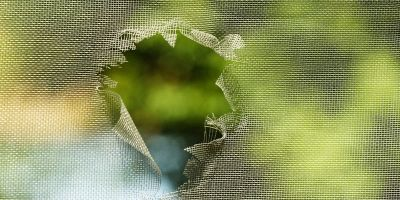 come riparare una zanzariera rotta