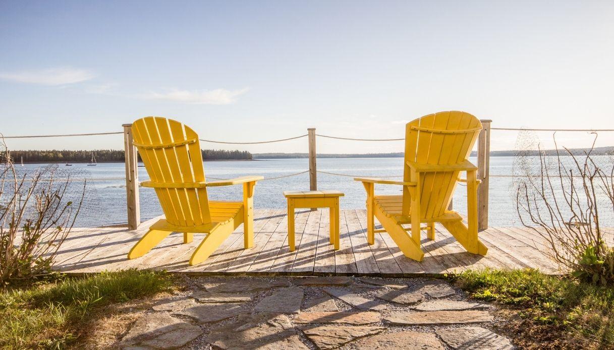 Tavolino e poltrone in legno gialle Fonte: Shutterstock