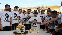 Festa-Maradona: finisce con la testa nella torta