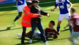 Folle gesto di un tifoso: entra in campo e colpisce giocatore