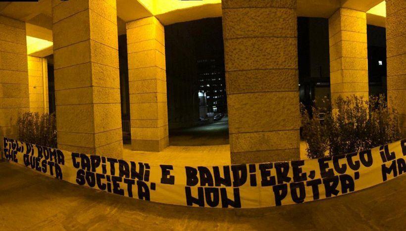 Addio De Rossi, striscioni contro la società