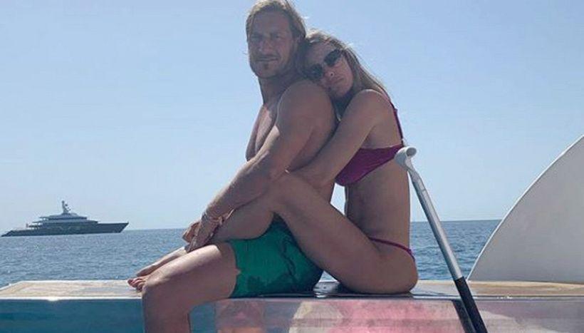 Pancino sospetto esibito da Ilary Blasi in spiaggia con Totti