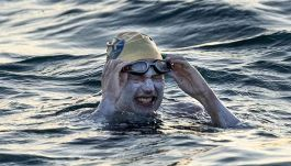 Sarah, la nuotatrice che fatto l'impresa dopo il cancro al seno